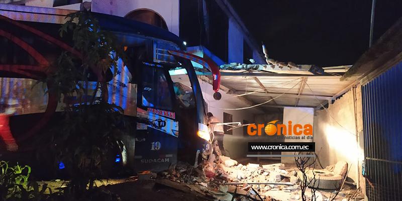 Un bus de la Cooperativa de Transportes Loja se estrelló contra una vivienda